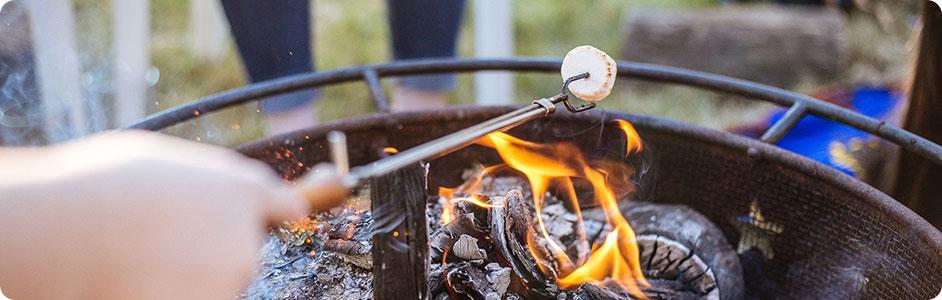 マシュマロを焚き火であぶる